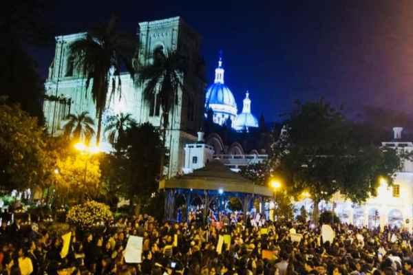 En Quito,grupos feministas marcharon hasta las dependencias de la Fiscalía del Estado para reclamar por el aumento de los casos de violencia de género.Foto: @Victorivaden