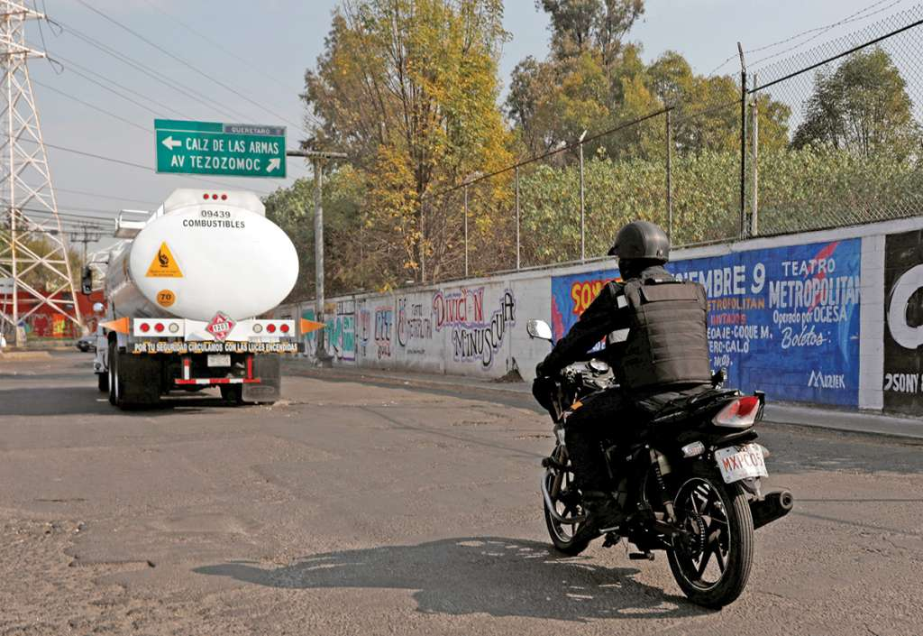 Los camiones usados para el traslado de combustible son escoltados por policías federales y militares en las carreteras del país. Foto: Reuters