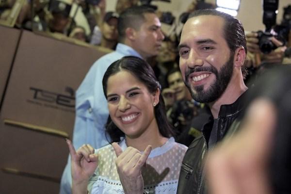El candidato presidencial salvadoreño Nayib Bukele, de la Gran Alianza Nacional  y su esposa Gabriela Rodríguez, posan después de votar durante la elección presidencial salvadoreña en un colegio electoral en San Salvador. Foto: AFP