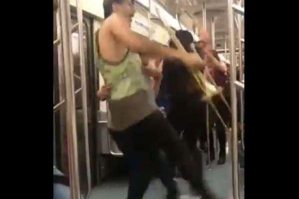 En las imágenes se puede observar a un joven con una trompeta que disfruta bailando. Foto: Especial