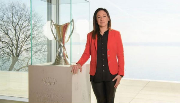 EMBLEMA. Nadine Kessler, 8 responsable del futbol femenil de la UEFA, con el trofeo. Foto: Especial