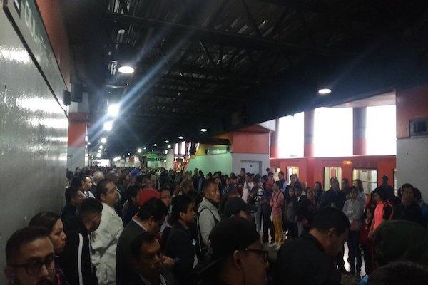 Usuarios del Metro reportan saturación en la estación ciudad Azteca de la Línea B. Foto: Especial