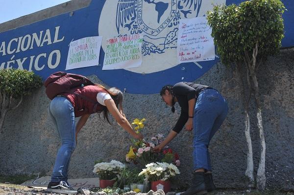 Estudiantes del CCH Oriente acudieron a las instalaciones a poner pancartas como luto por el asesinato de una alumna el pasado lunes dentro del plantel.  Foto: Cuartoscuro