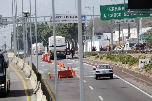 La SCT dijo que se están ejecutando mil 600 licitaciones para conservación y mantenimiento de las carreteras. Foto: Archivo | Cuartoscuro