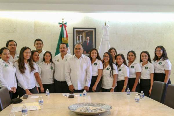 Héctor Astudillo entrega becas para que jóvenes  vayan al extranjero a estudiar. Foto: especial