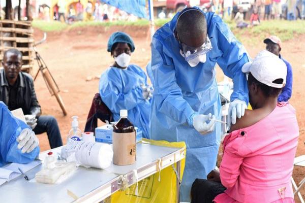Enfermero del Congo inyectando a una persona