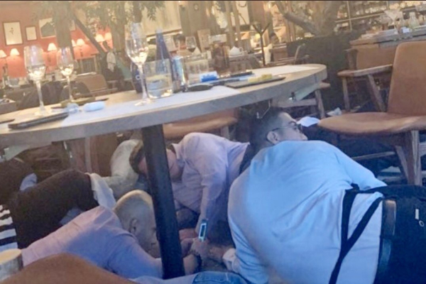 personas bajo una mesa en restaurante