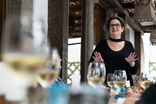 Cada mes, Sophie Avernin, directora de Grandes Viñedos de Francia, en conjunto con  César Montesano (su socio), llevan a cabo su proyecto que lleva por nombre Cava nómada, donde se comparte vino, diferentes propuestas gastronómicas. Foto: Cortesía