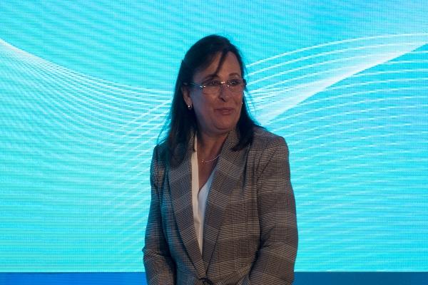 Rocío Nahle con fondo azul claro y líneas blancas
