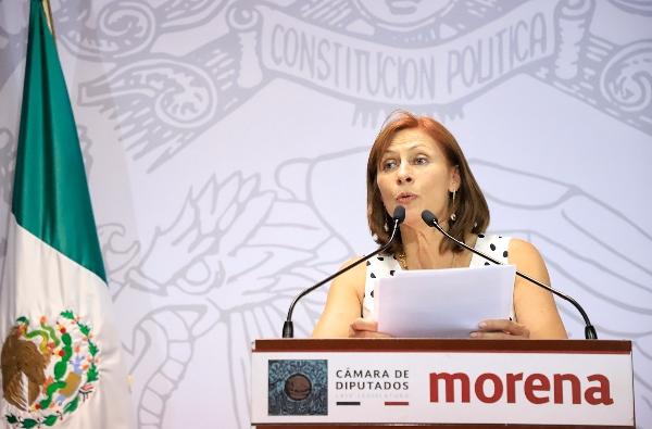 Tatiana Clouthier en podium hablando frente a micrófono