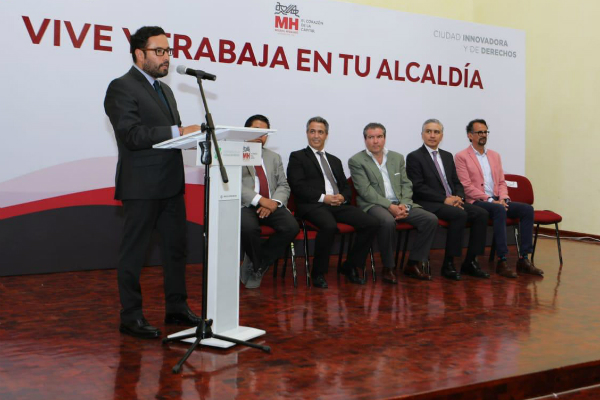 Víctor Hugo Romo, alcalde de Miguel Hidalgo, firmó el acuerdo. Foto: Especial.