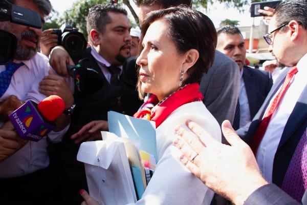 Rosario Robles dando declaraciones