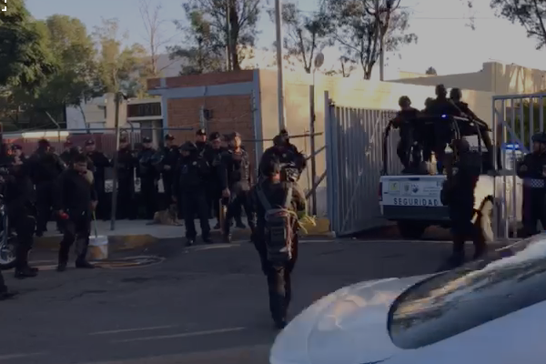 La entrada del Reclusorio Oriente sigue custodiada por policías de la CDMX. Foto: Daniel Magaña