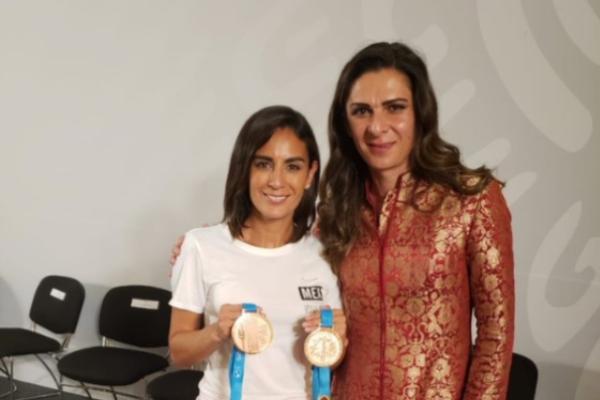 Paola Espinosa agradece a Ana Guevara. Foto: Especial