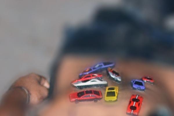 Un cuerpo boca abajo con claras señales de tortura, disparos y seis carritos de juguete pegados en la espalda. Foto: Especial.