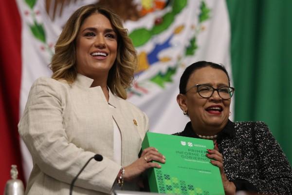 CITA. Rosa Icela Rodríguez (der.) entregó el documento ayer. Foto: Cuartoscuro