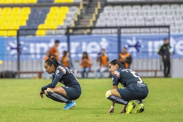 DERROTADAS. Zulma Hernández (izq.) y Ximena Ríos reflejaron su impotencia en el césped. Foto: Mexsport
