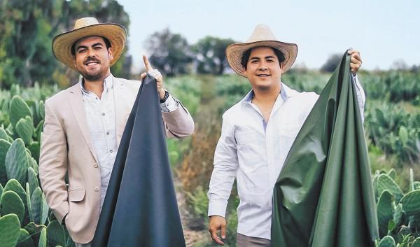 EMPRENDEDORES. Los jóvenes tienen 27 años, son pioneros en piel orgánica transpirable y ya fundaron su empresa. Foto: Especial