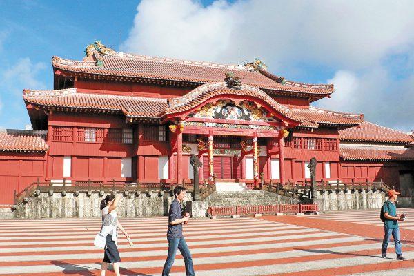 ANTES. Templo principal del Castillo de Shuri en Naha, Okinawa, sur de Japón. Foto: AP