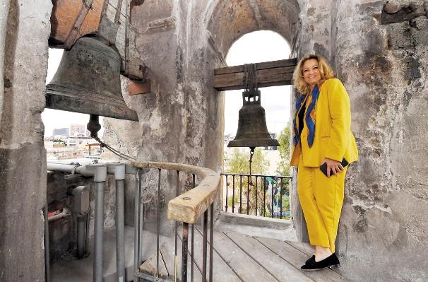 PROYECTO. Carmen López Portillo muestra el campanario. Foto: Pablo Salazar