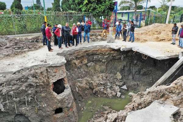 FRACTURA. El hoyo se formó el 18 de septiembre en la calle y se extendió hasta llegar a una casa. Foto: Especial.