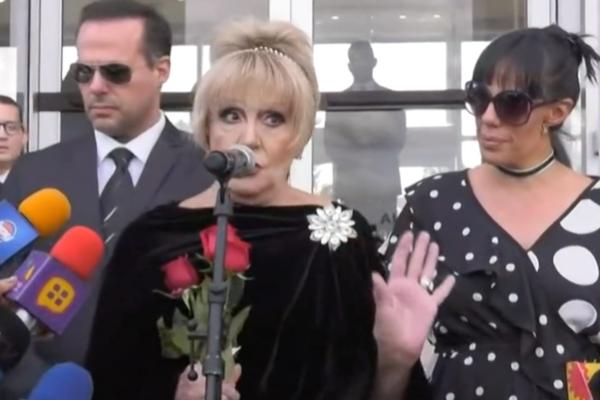 Anel Noroña y sus hijos ofrecen mensaje a la llegada de José José a México. Foto: Especial