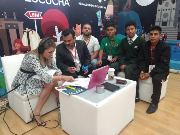 Blanca Becerril y los jóvenes estudiantes del Conalep galardonados con la medalla Sentimientos de la Nación desde la feria de Hannover Messe en León, Guanajuato. FOTO: ESPECIAL