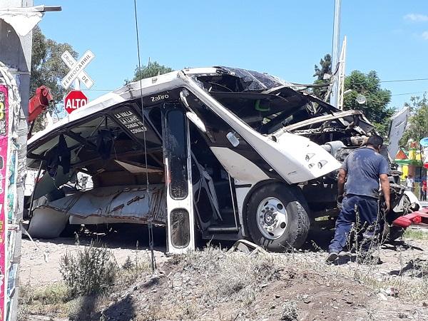 Un autobús de pasajeros fue impactado por un tren, dejando como saldo 9 personas sin vida y 13 lesionadas, los hechos ocurrieron en en la comunidad de La Valla. Foto: Cuartoscuro