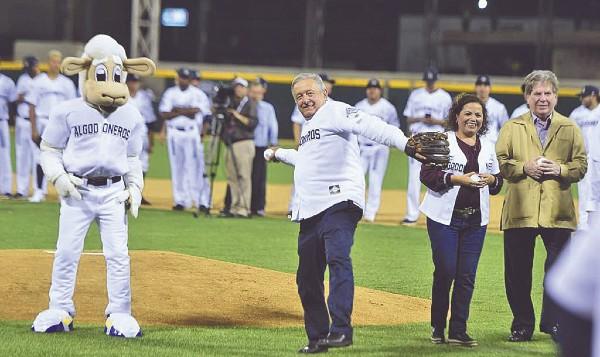 PLAYBALL. El Presidente lanzó la primera bola durante la reinauguración del estadio Francisco Carranza Limón, en el primer juego de la temporada 75 de la Liga Mexicana del Pacífico. Foto: Especial