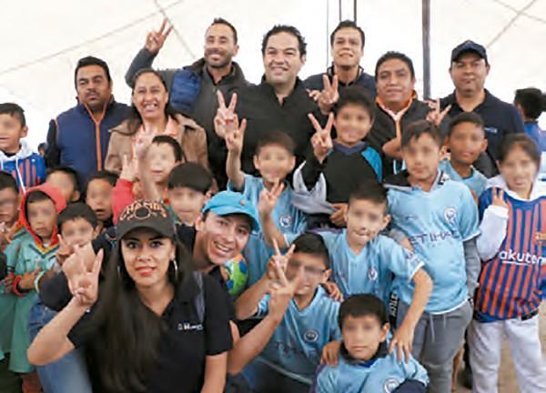 CERCANÍA. El alcalde se reunió con niños y jóvenes que practican actividades deportivas. Foto: Especial