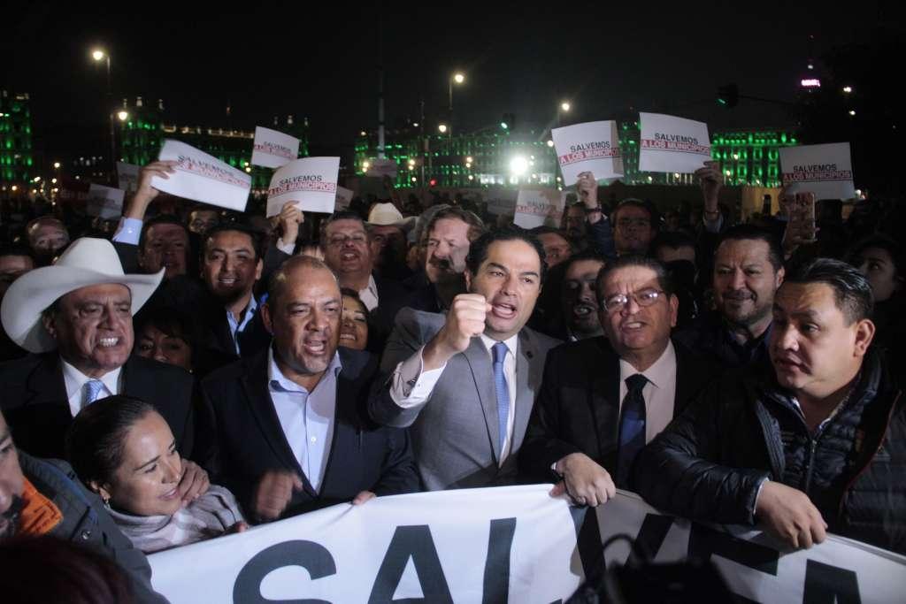 Esta mañana más de 250 presidentes municipales exigieron ver al presidente Andrés Manuel López Obrador. FOTO: ANDREA MURCIA/CUARTOSCURO.COM