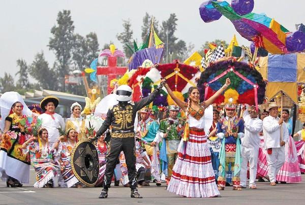 COLOR. Arte y tradición del estado engalanaron la competencia automovilística más importante. Foto: Especial