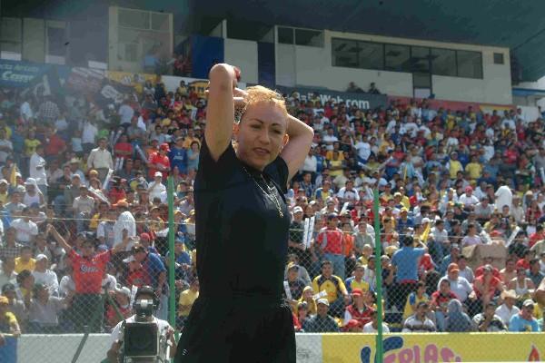 Virginia Tovar es la primera mujer que pita un partido como árbitro central en la primera división del fútbol mexicano. Debutando en el encuentro entre los Freseros del Irapuato y Águilas del América. FOTO: Iván Stephens/CUARTOSCURO.COM