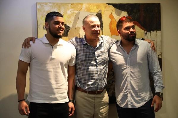 Quirino Ordaz Coppel, recibió a los lanzadores sinaloenses Roberto Osuna Quintero y José Luis Hernández Urquidy. Foto: Especial