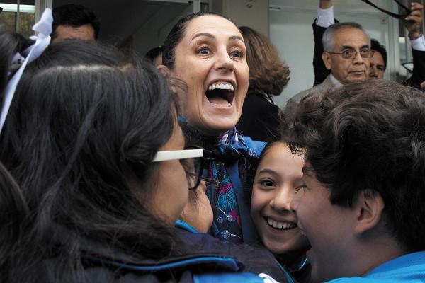 CONVIVENCIA. La jefa de Gobierno acudió a leerle a niños de secundaria. Foto: Notimex