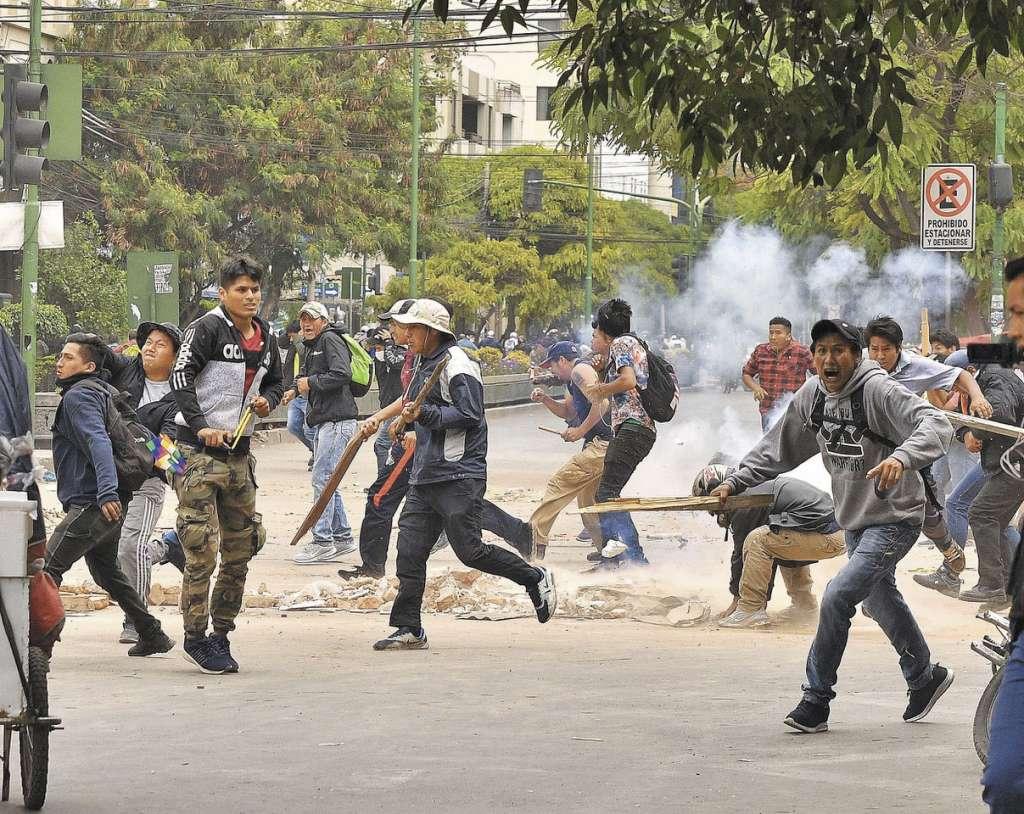 TENSIÓN. Grupos de manifestantes se enfrentaron en Cochabamba, Bolivia. Foto: EFE