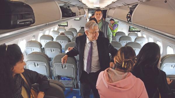 BIENVENIDA. AMLO recibió el mensaje al abordar el avión. Foto: Pablo Salazar