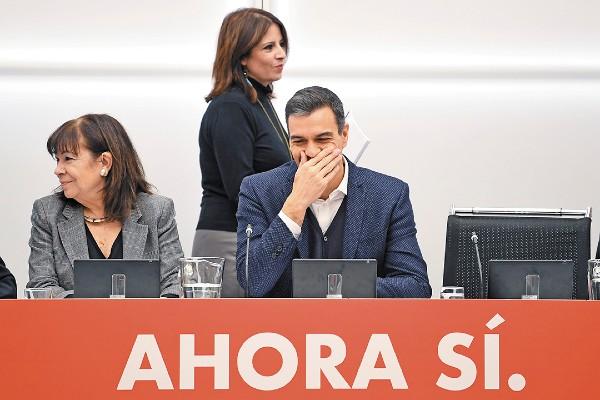 DESTINO. El primer ministro español Pedro Sánchez asistió ayer a una reunión del PSOE. Foto: AFP