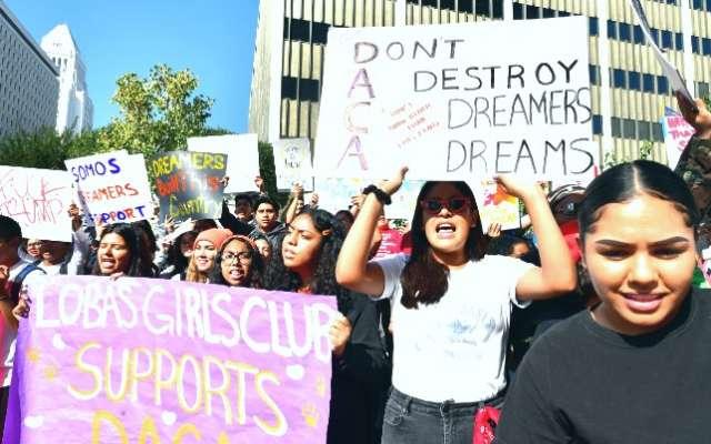 CALIFORNIA. Los jóvenes estudiantes en EU protestaron ayer contra la anulación del DACA. Foto: AFP