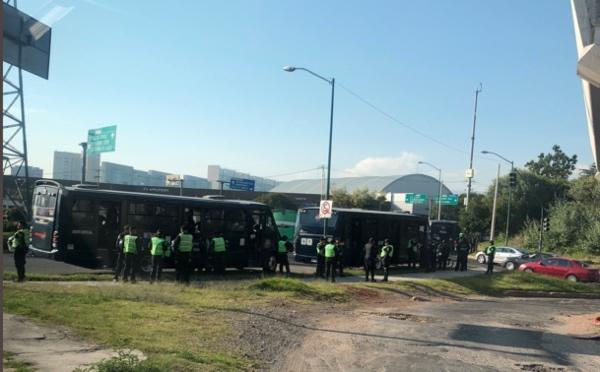 Policías están blindando el perímetro del complejo. FOTO: Twitter