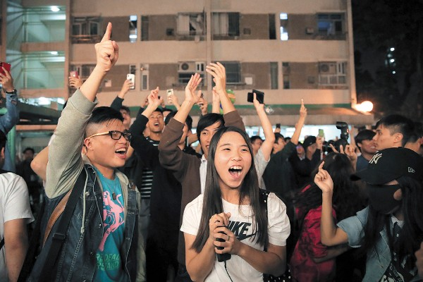 CONTEO. Ciudadanos celebraron los resultados. Foto: AP