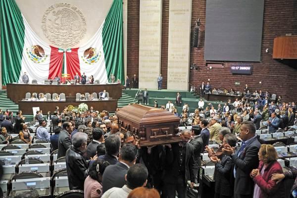 HOMENAJE. El diputado fallecido fue despedido entre aplausos de sus compañeros. Foto: Notimex.