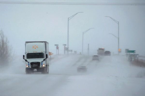 FENÓMENO. Las fuertes nevadas y vientos han causado el cierre de carreteras en EU. Foto: AFP