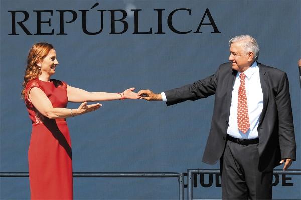 TIENE RESPALDO. El presidente Andrés Manuel López Obrador llegó al templete para ofrecer su Informe de Gobierno, acompañado de su esposa Beatriz Gutiérrez Müller. Foto: Cuartoscuro