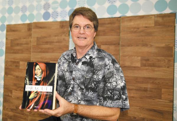 VISITA. El autor sostiene su libro, después de la entrevista en Guadalajara. Foto: Leslie Pérez