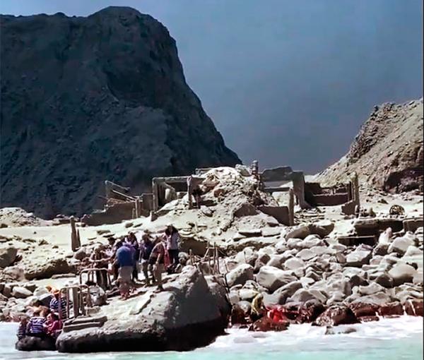 AFECTADOS. Un grupo de excursionistas se encontraban cerca del cráter minutos antes de la erupción. Foto: Especial