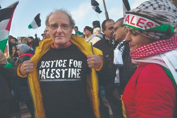 LUCHA. Palestinos saludaron la