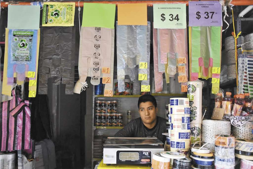 OPCIÓN. Los comerciantes buscan alternativas para mantener los ingresos en su negocio. Foto: Daniel Ojeda