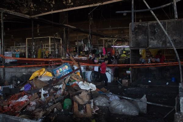 A seis días del incendio ocurrido la noche del 24 de diciembre en el mercado de la Merced, el cual dejo 630 locales quemados, comerciantes continúan con la remoción de escombros y limpieza, algunos de ellos han comenzado a colocar sus mercancías para aprovechar las ventas de fin de año. FOTO: MAGDALENA MONTIEL /CUARTOSCURO.COM