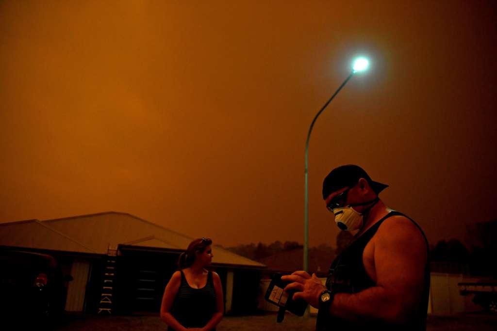 HORNO. El cielo se oscureció y llovía ceniza en el sureste de Australia. Foto: REUTERS